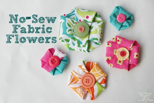 Make these adorable, no-sew fabric flowers in in less than a minute! They are perfect for so many projects. ( easy fabric flowers no sew)