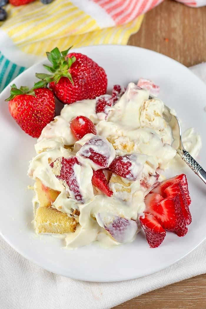 strawberry trifle with pound cake